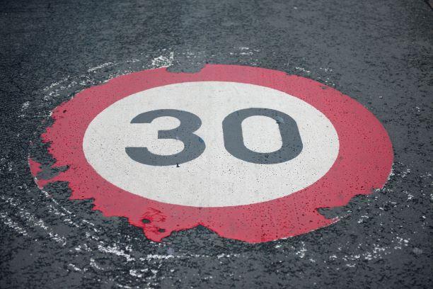 Photo d'un logo 30km/h peint au sol