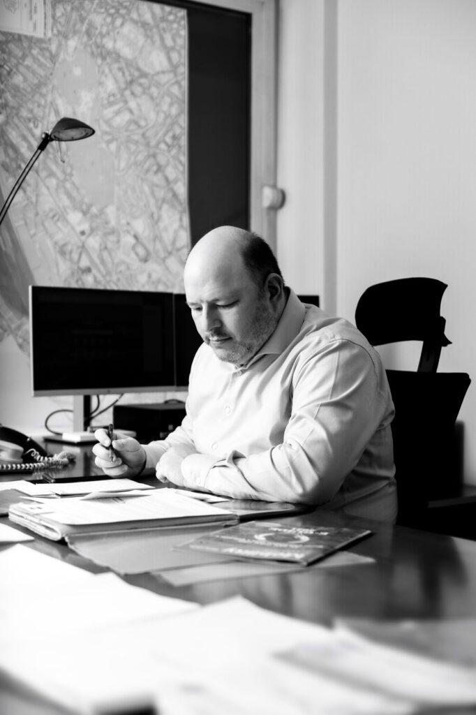 Photo de Marc Loewenstein travaillant à son bureau