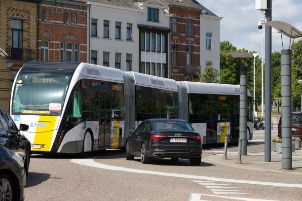 Photo d'un bus bi-articulé de DE LIJN