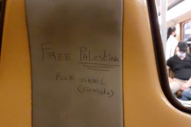Tag Free Palestine - Fuck Israel (sioniste) sur un siège de métro de la STIB
